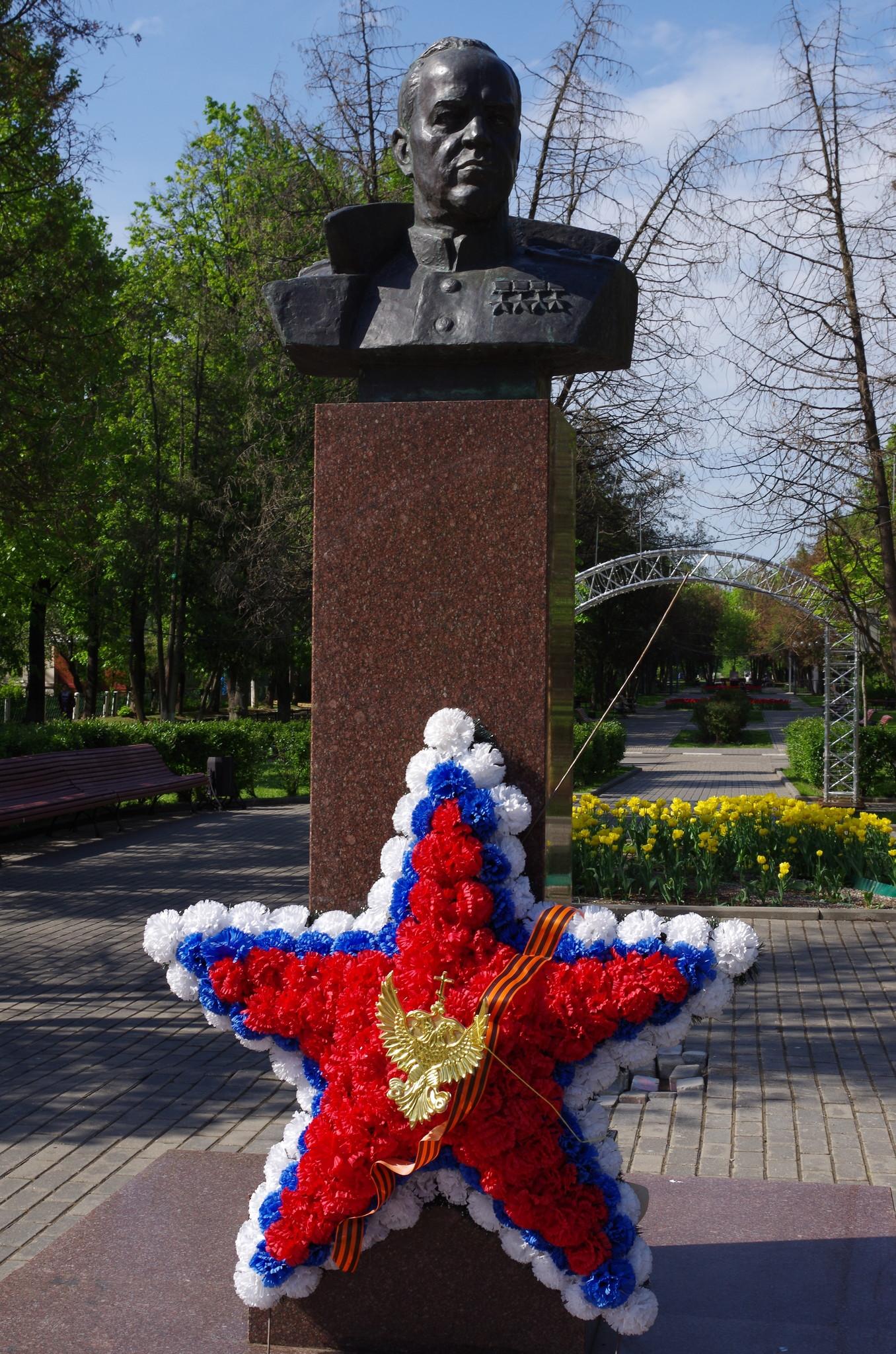 Памятник-бюст маршалу-полководцу Г.К. Жукову на 3-ей Северной линии