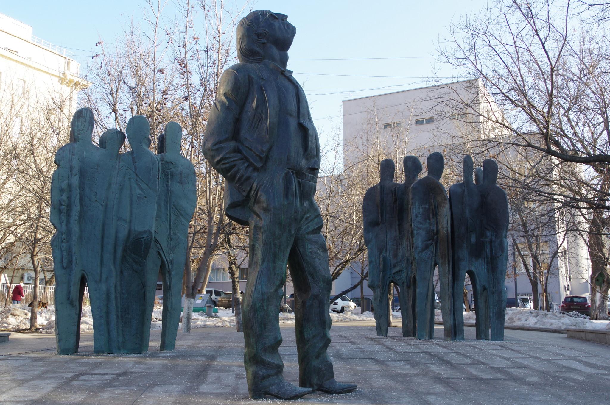 Памятник Иосифу Бродскому на Новинском бульваре, между домами 22 и 28