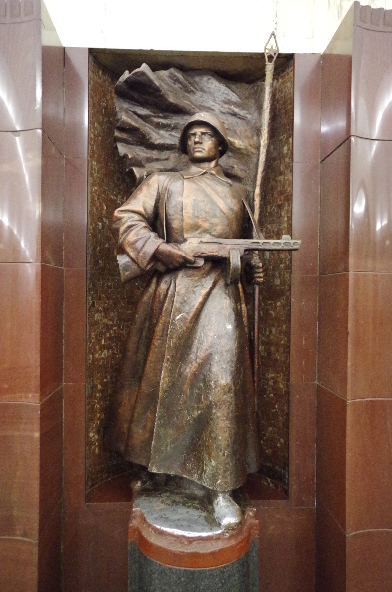 В центральном зале станции «Бауманская» установлены скульптуры защитников Родины и тружеников тыла