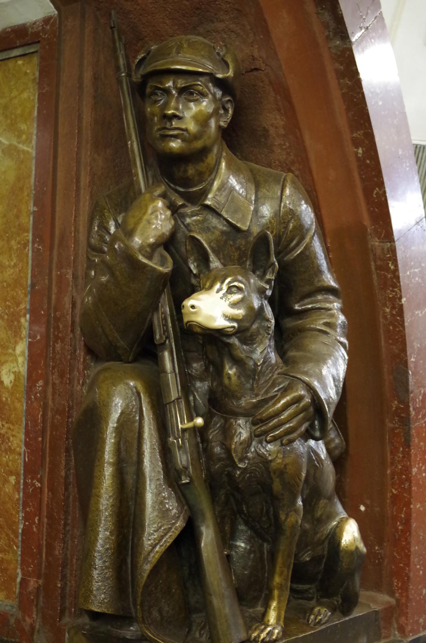 Пограничник с собакой на станции метро «Площадь Революции»