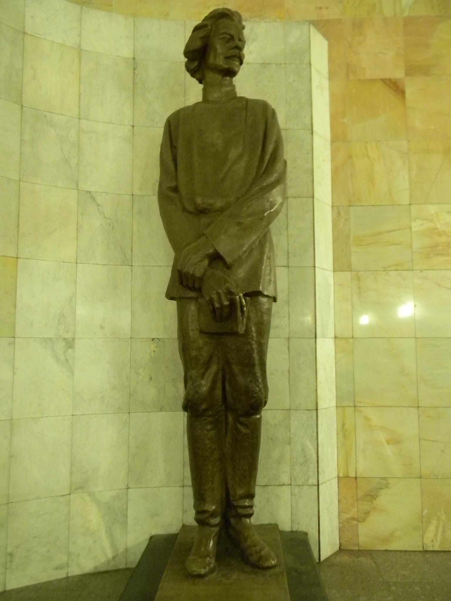 Памятник Максиму Горькому работы В.М. Клыкова стоит в переходе между станцией