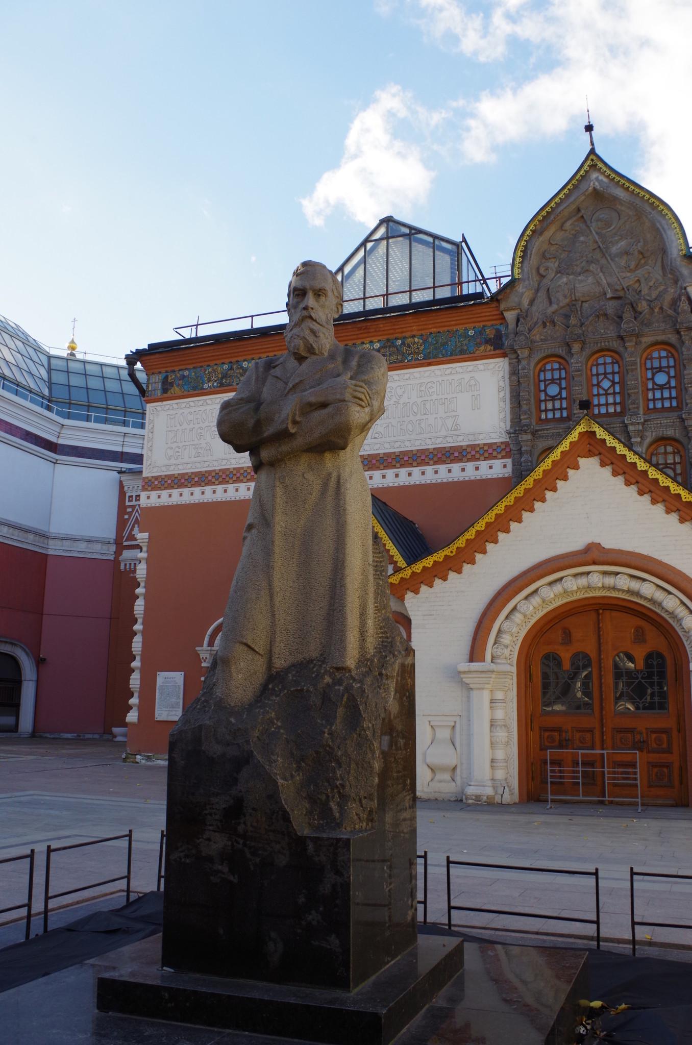 Памятник П.М. Третьякову перед зданием Третьяковской галереи