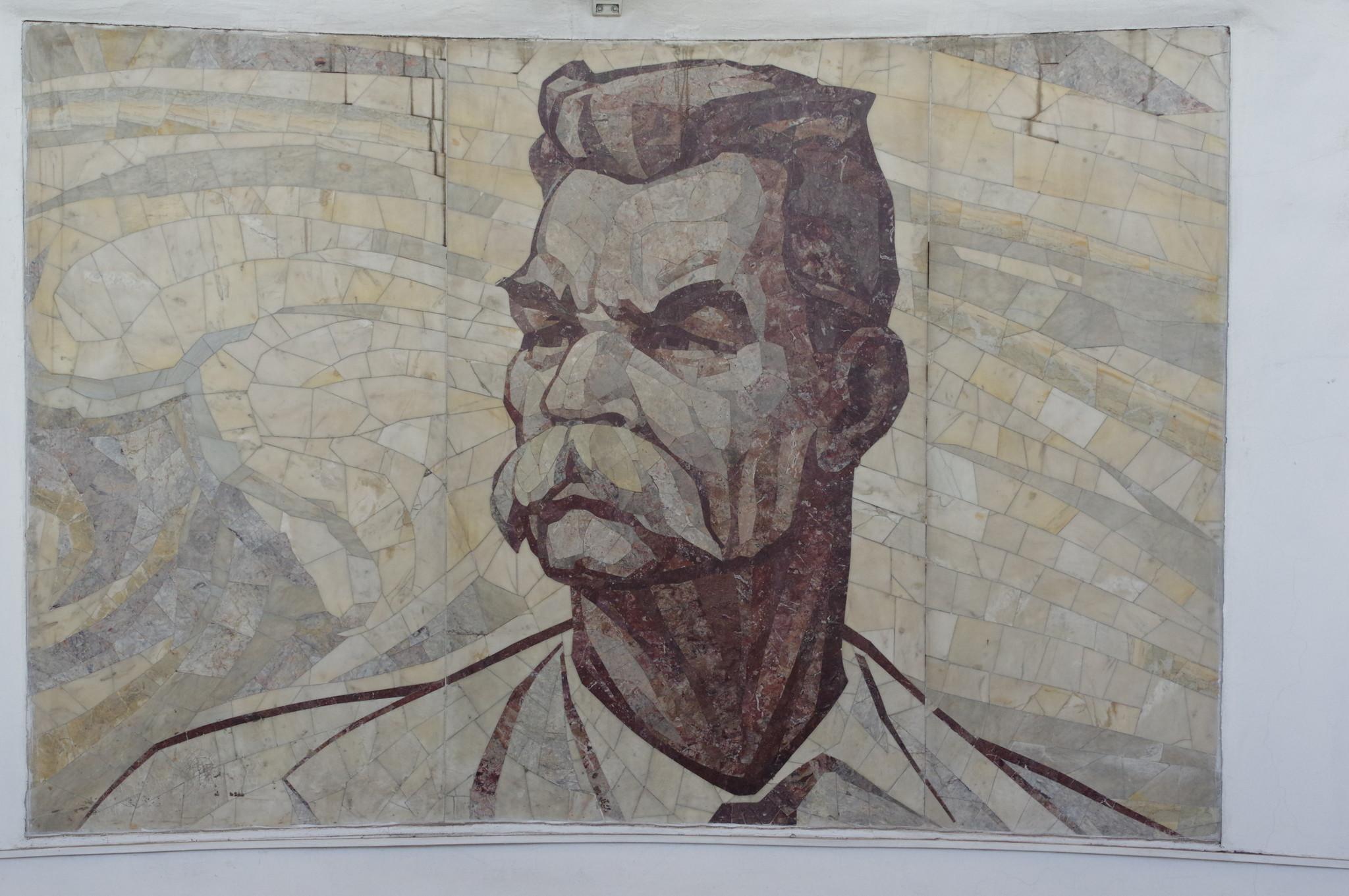 Северный вестибюль станции «Парк культуры» украшен мозаичным панно с изображением Максима Горького