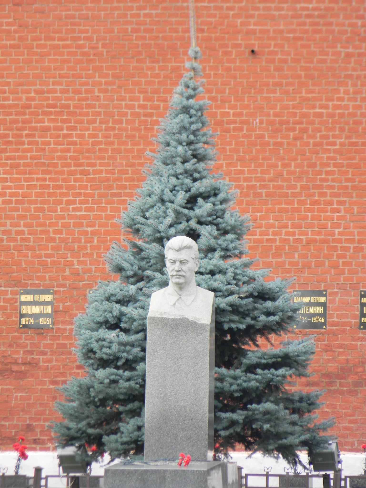 На могиле И.В. Сталина у Кремлевской стены установлен памятник с бюстом