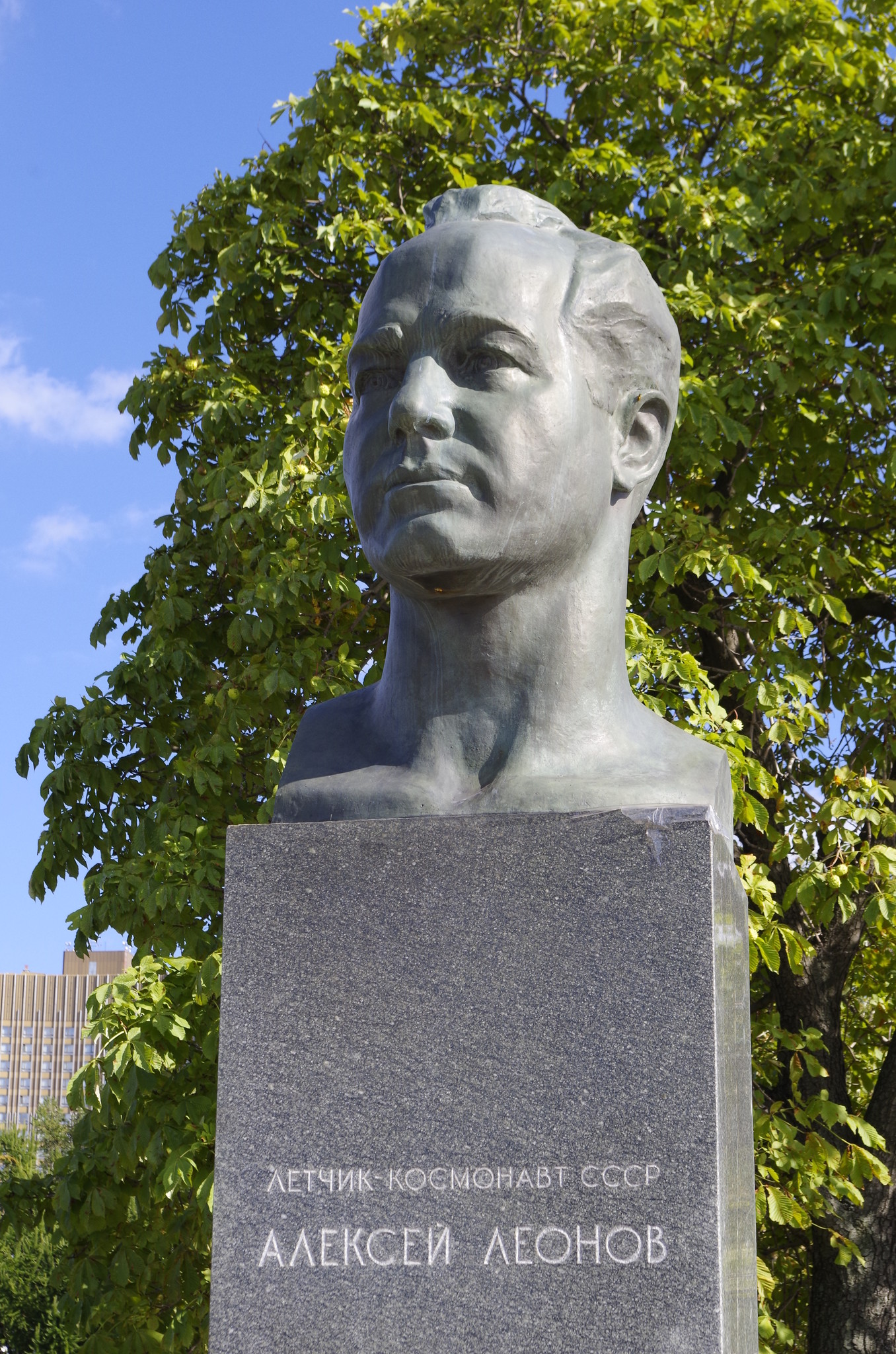 Памятник Алексею Леонову на Аллее Космонавтов в Москве
