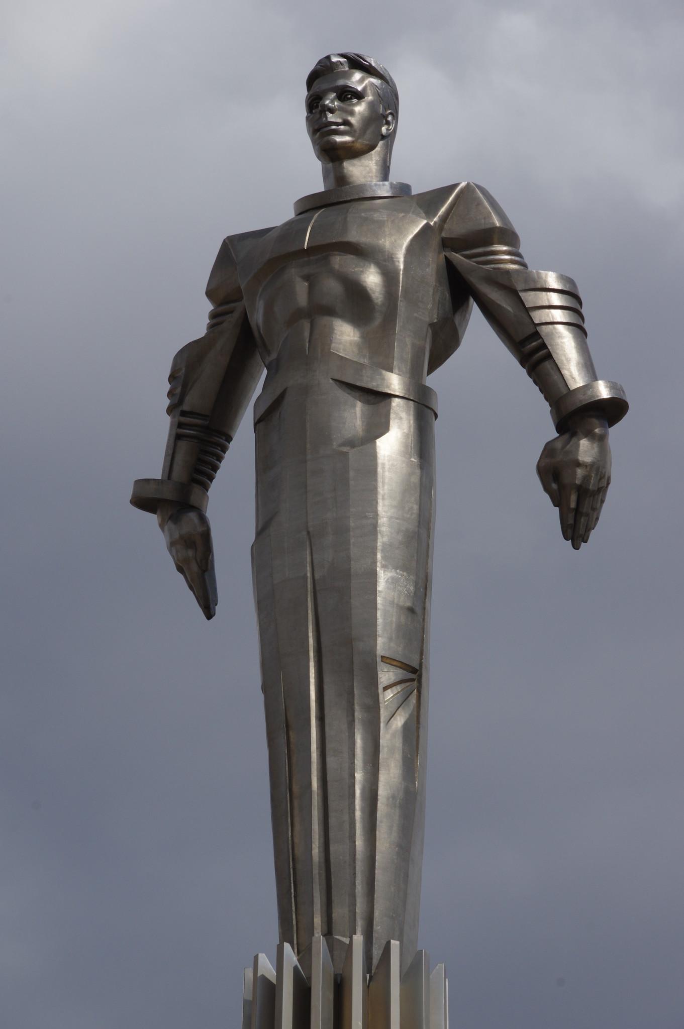 Памятник Гагарину был установлен в 1980 году к Олимпиаде-80 на площади Гагарина