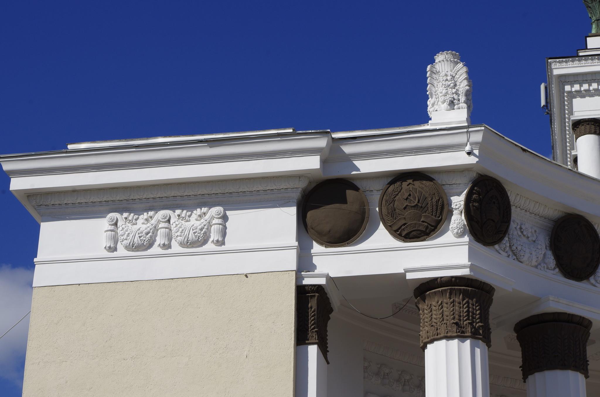 Украшением Главного павильона ВДНХ служит герб СССР и 16 медальонов-гербов союзных республик