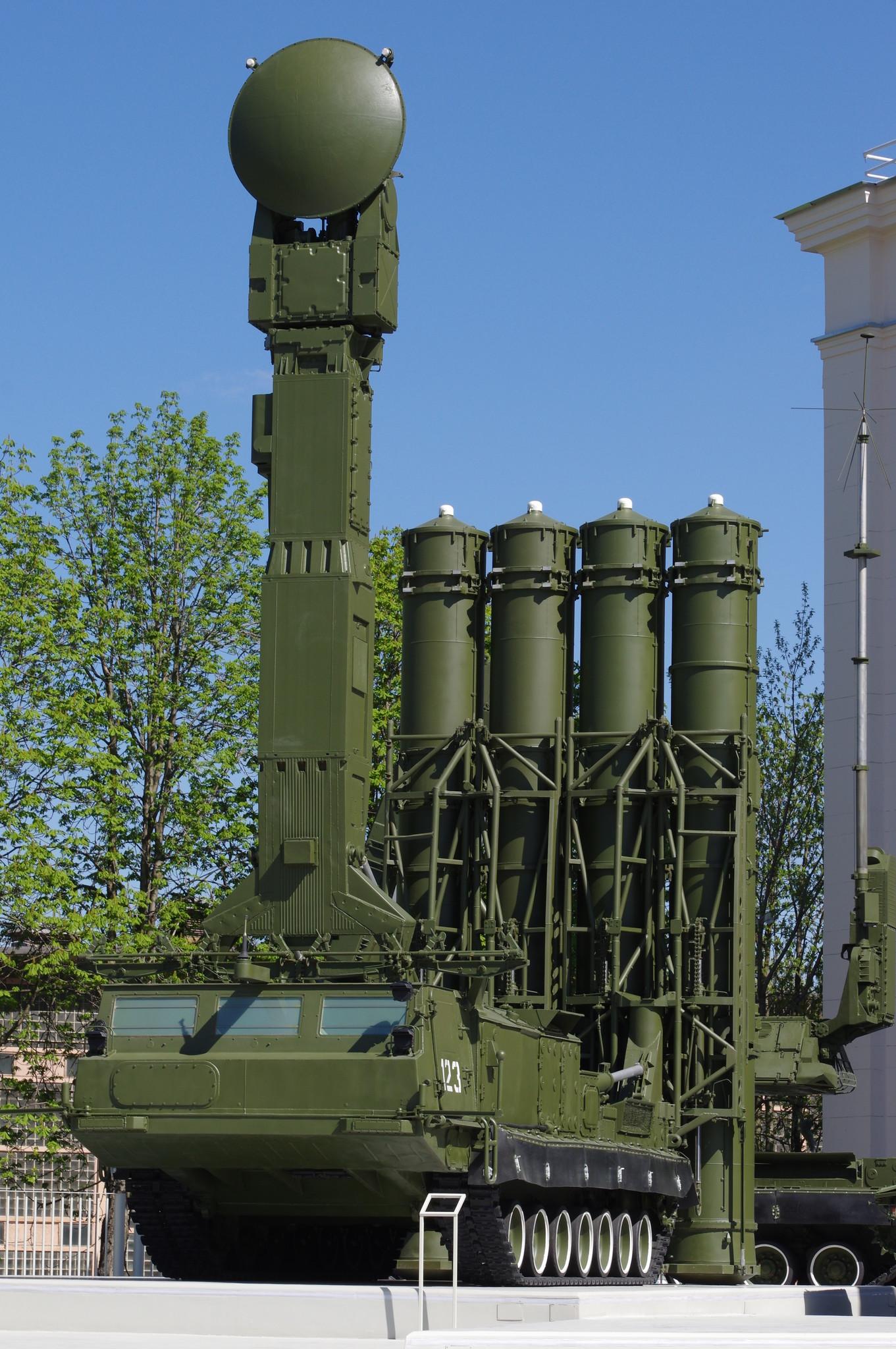 Зенитная ракетная система С-300В на открытой площадке обновляемой выставки вооружения и военной техники на ВДНХ