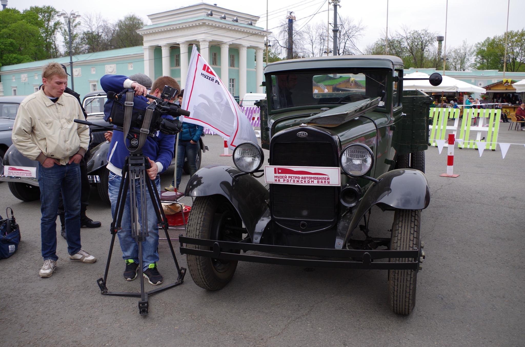 На выставке ретро автомобилей работает телевидение