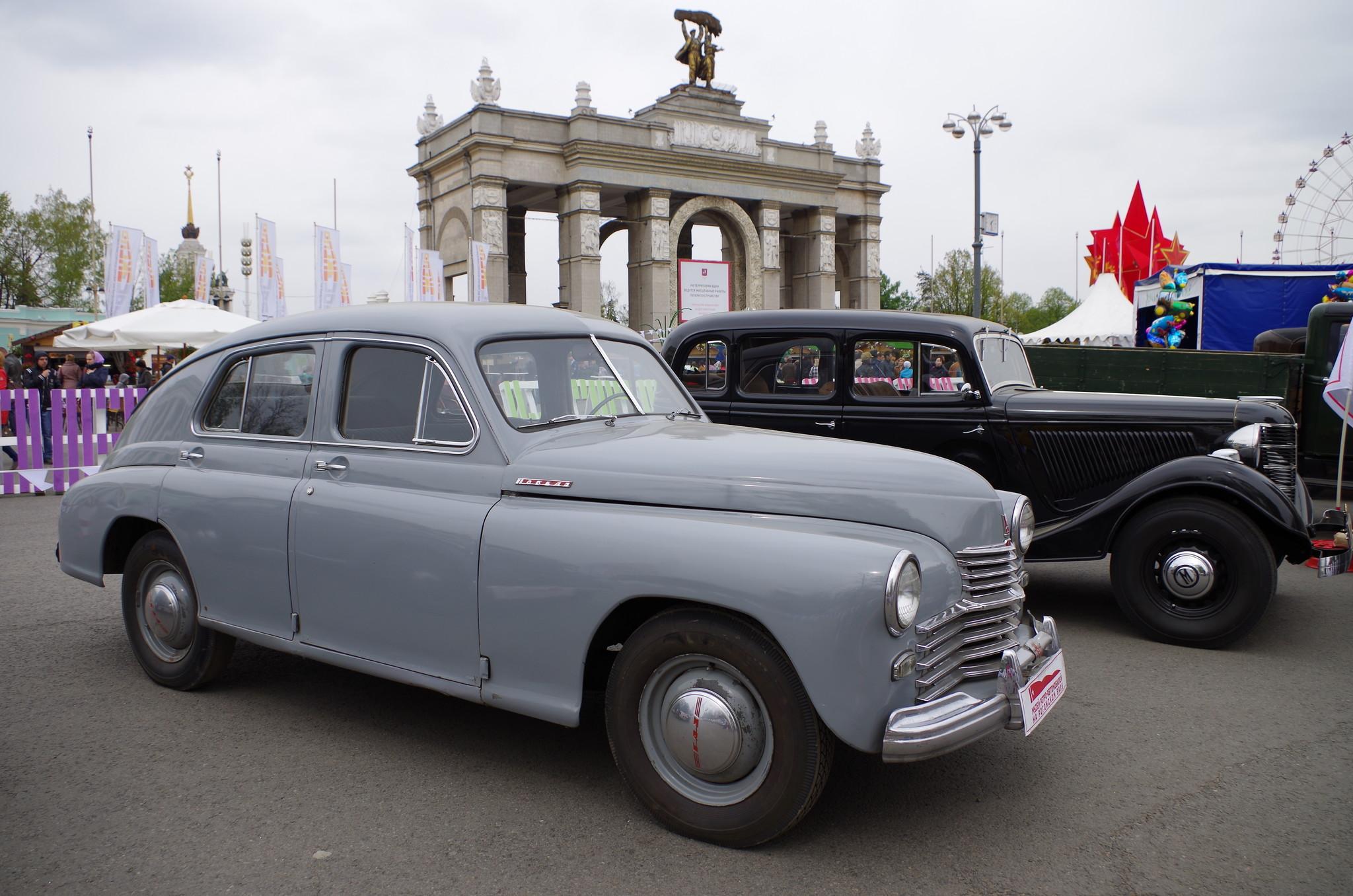 Выставка ретро автомобилей на площади перед Главным входом ВДНХ