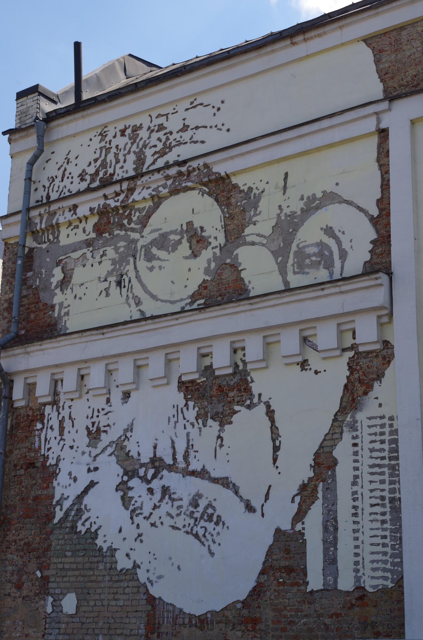Портрет немецкого писателя Германа Гессе на стене дома № 27 на Саввинской набережной