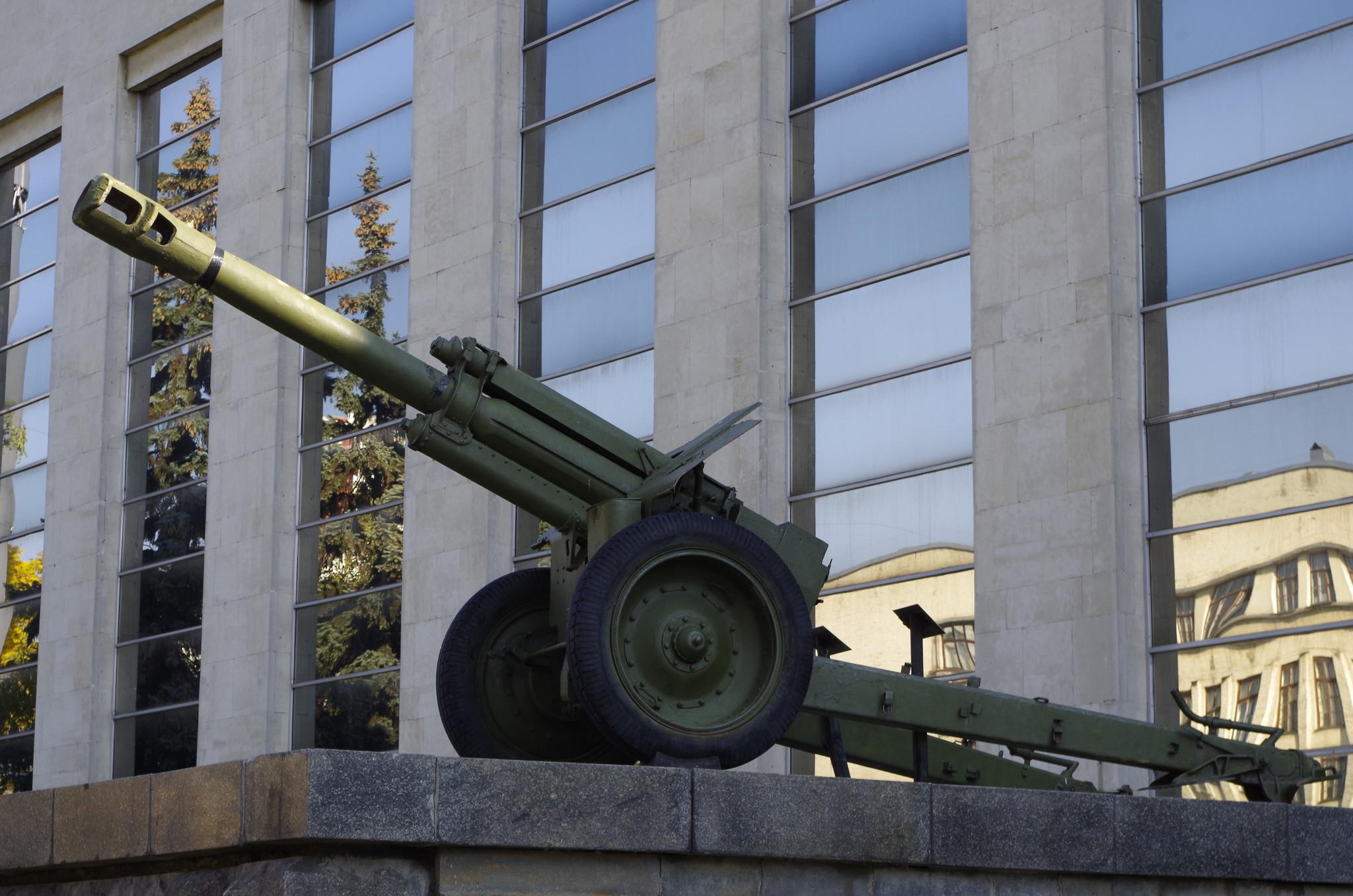 152-мм гаубица обр.1943 г. у входа в Центральный музей Вооруженных Сил