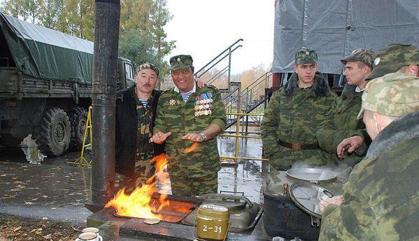 Красноярцы Павел Попов и Зинур Миналиев.У открытого огня. Между выступлениями.