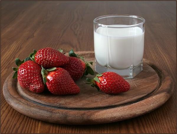Молоко с клубникой