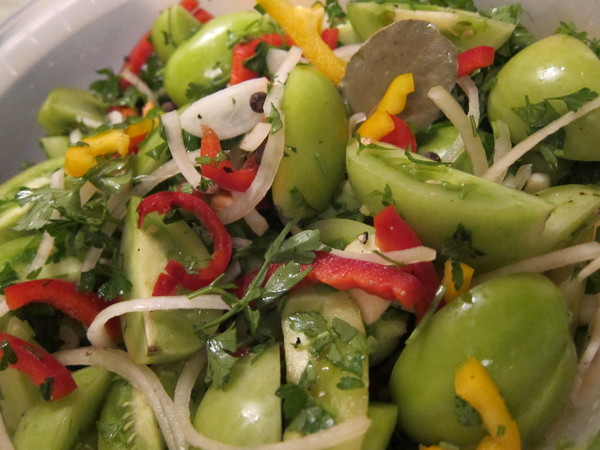 Салат с зеленых помидор на зиму с соусом