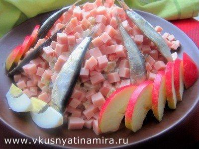 Салат из килек с ветчиной
