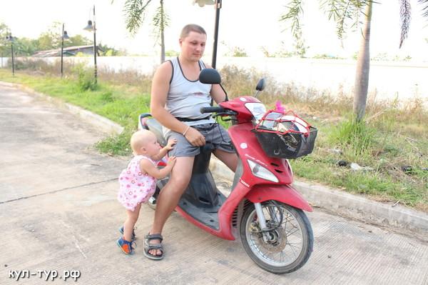 дочка учиться ездить на байке