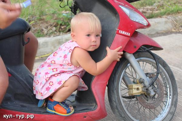 ребёнок на мопеде