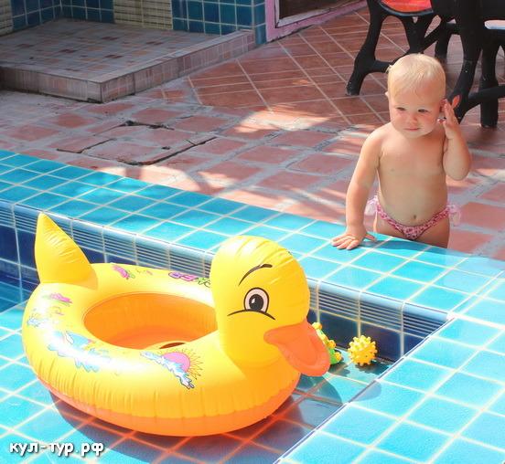 дочка сама плавает