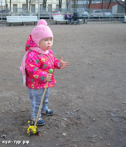 дочка гуляет на улице
