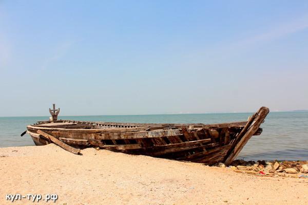 древняя лодка на берегу моря