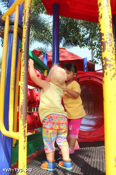 ребёнок играет на детской площадке в паттайе
