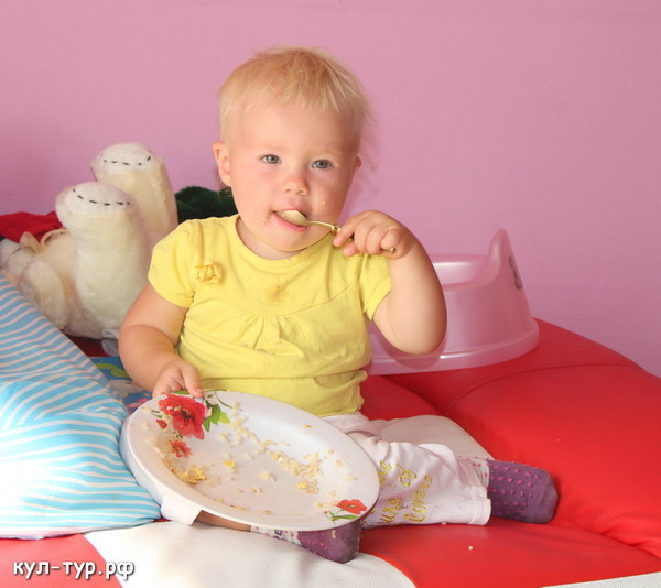 ребёнок ест омлет