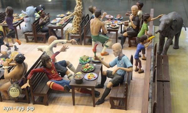 футболисты в кафе
