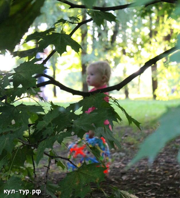 дочка гуляет по парку