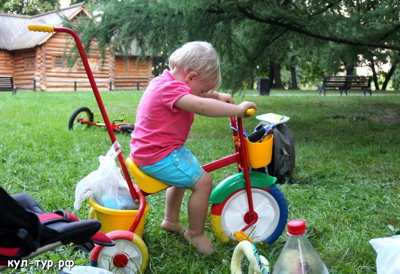 дочка катается на велосипеде купить трёх колёсный