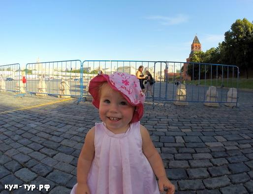 с дочкой гуляем по красной площади