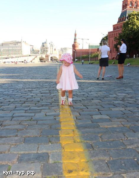 дочка ходит по красной площади в Москве