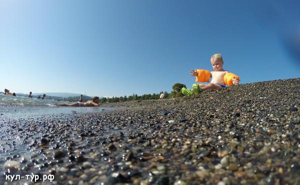 дочка купается в море