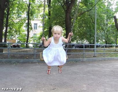 дочка качается на кочелях