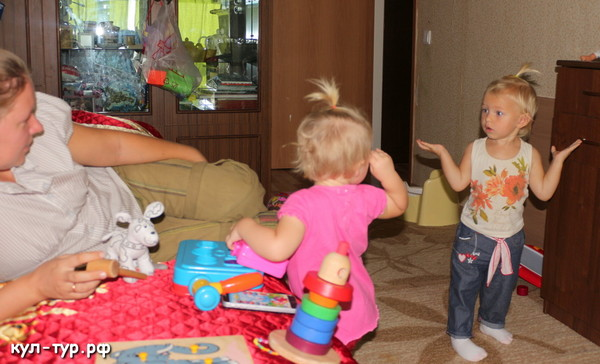 девочки подружки играют в игрушки