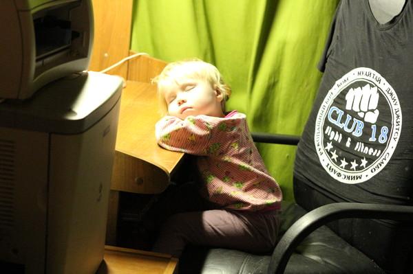 дочка спит за компьютером
