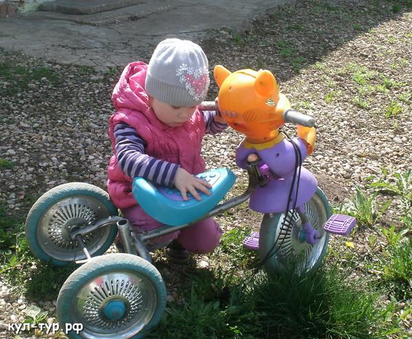 дочка катается на велосипеде