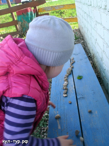 дочка играет в камушки