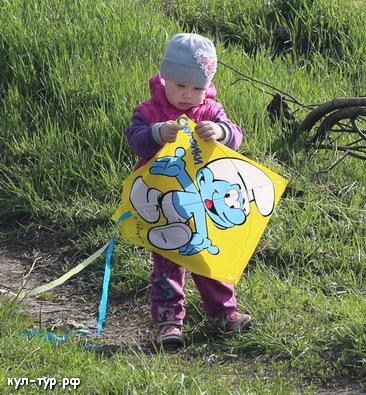 дочка играет в воздушного змея