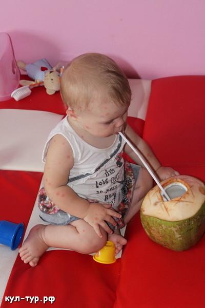ребёнок ест кокос