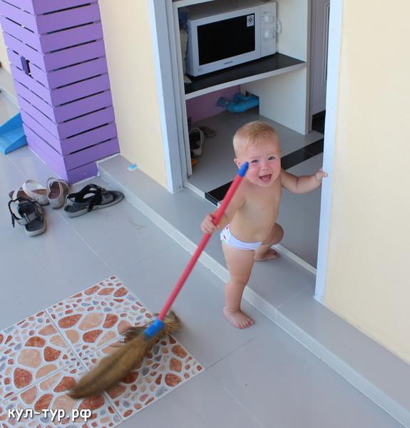 ребёнок убирается дома
