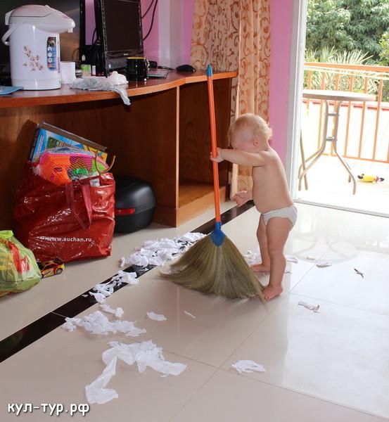 ребёнок наводит порядок дома