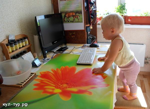 ребёнок залазит на стол