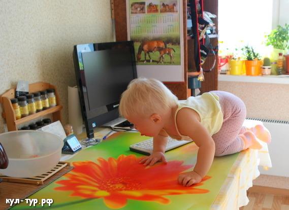 ребёнок залез на стол