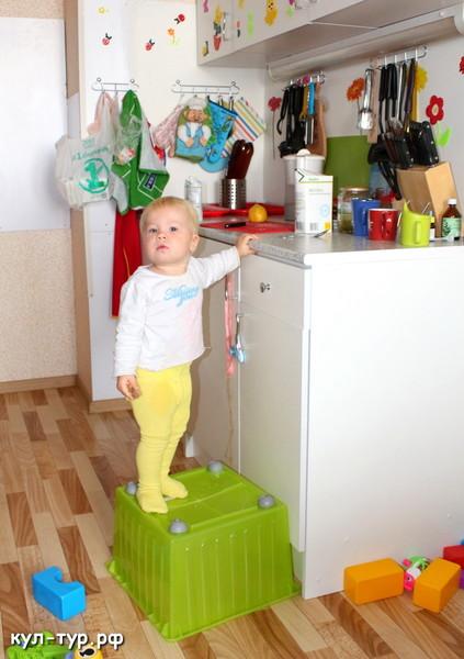 ребёнок сам залазиет на стол
