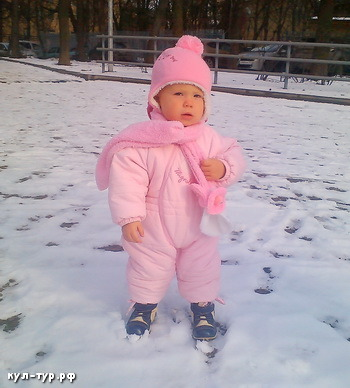 ребёнок гуляет по снегу