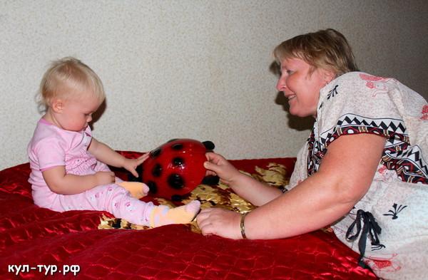 бабушка сидит с ребёнком