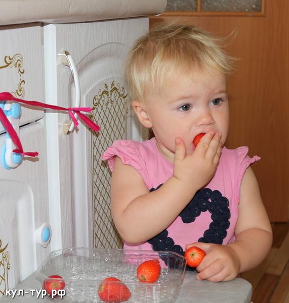 ребёнок ест клубнику