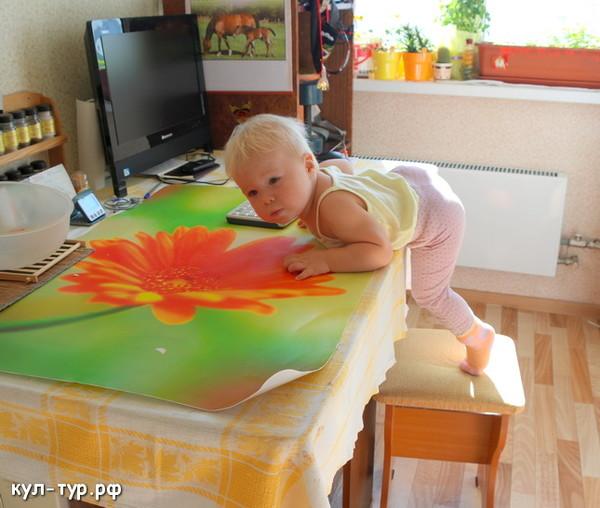 ребёнок лезет на стол
