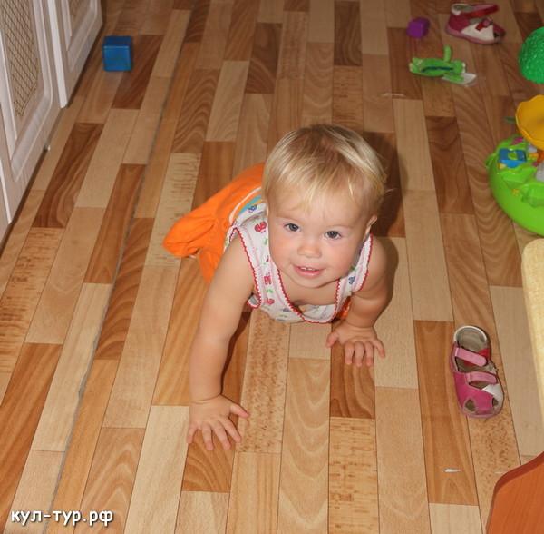 ребёнок ползает по полу